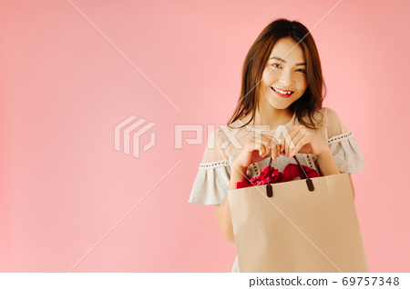 Shopping girl 69757348