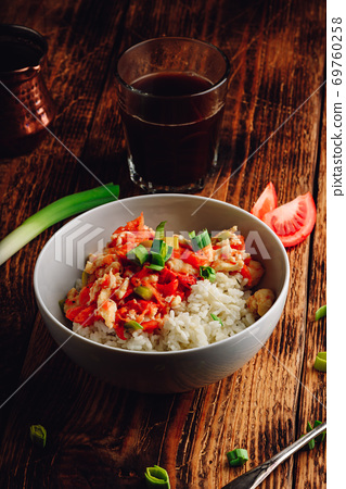 Scrambled eggs with tomatoes, leek and white rice 69760258