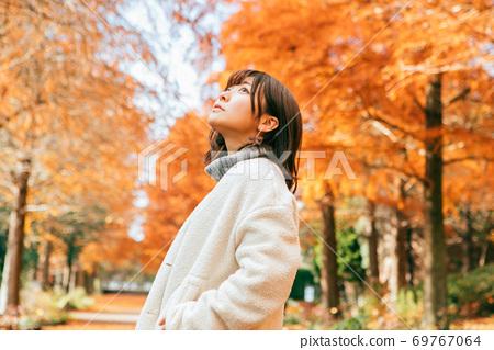 一排秋天的Rakusho樹和一個女人 69767064