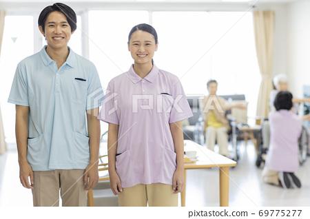 요양 시설에서 일하는 젊은 남녀의 간병인 노인 홈 69775277