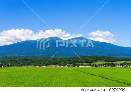 夏季鳥山和貨運列車山形縣湯沙鎮 69790394