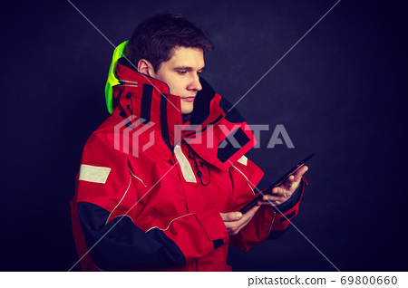 Young man using tablet 69800660