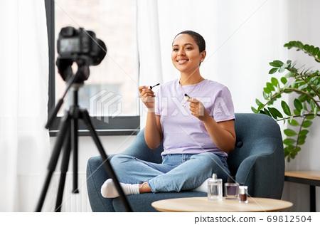 female beauty blogger with camera and mascara 69812504