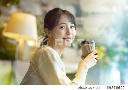 一個女人在一家咖啡館 69816692
