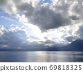 After the rain, the sunlight shining into Lake Shikotsu through the gaps in the clouds 69818325