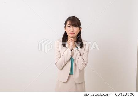 明亮和令人耳目一新的微笑衣服的女商人 69823900