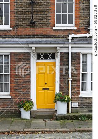 Yellow door 69825329