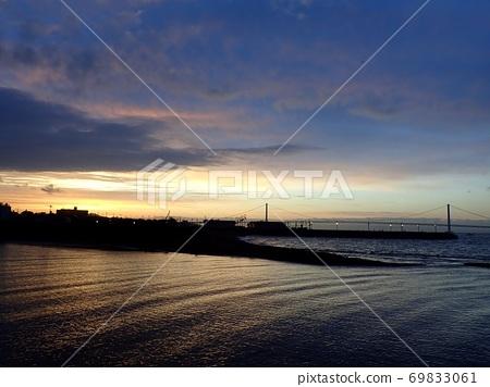 日出和明石海峽大橋照亮的大海 69833061
