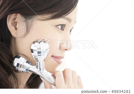 마사지 롤러를하는 젊은 여성 69834281