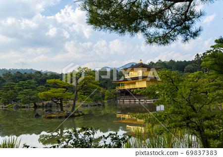 初秋的金閣寺(Kaenji Temple) 69837383