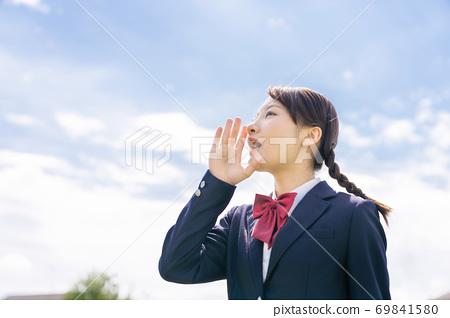高中女生抬頭看著天空和尖叫 69841580