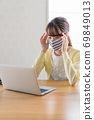 A young woman doing telework [Physical condition] 69849013