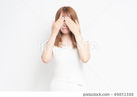 年輕女子隱藏的眼睛 69851388