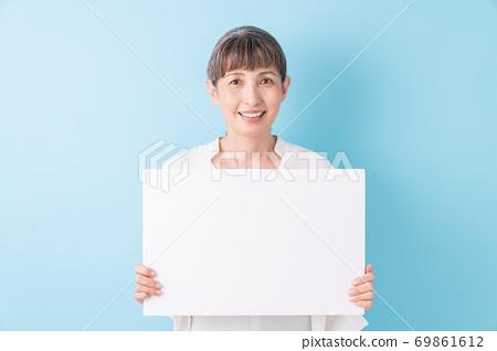 화이트 보드를 가진 노인 여성 미소 69861612