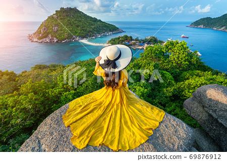 Beautiful girl sitting on viewpoint at Koh Nangyuan island near Koh Tao island, Surat Thani in Thailand. 69876912