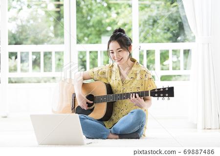 在線吉他課的年輕女子 69887486