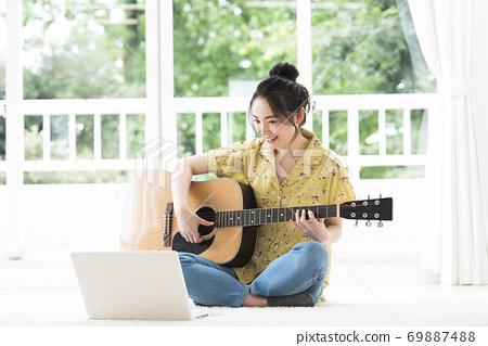 온라인 기타 교실 젊은 여성 69887488