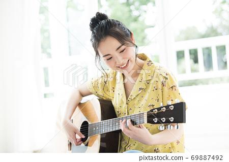 여성 기타 미소 69887492
