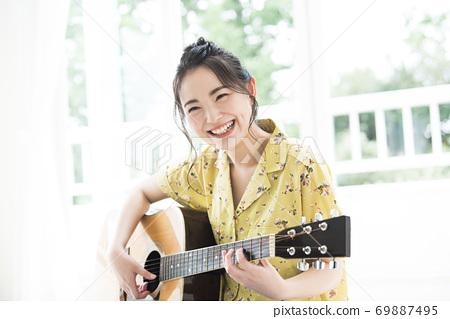女吉他的微笑 69887495