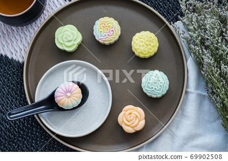 snow skin mooncakes with tea set 69902508