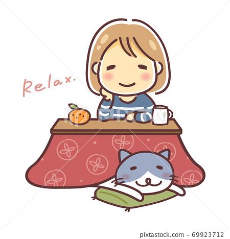 一個女人和一隻貓放鬆與被爐的插圖 69923712