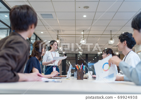 Business scene in a shared office 69924938