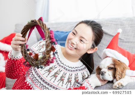 做聖誕節花圈的婦女 69927585