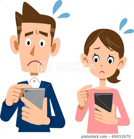 一對年輕夫婦經營智能手機與一張陷入困境的臉 69932670
