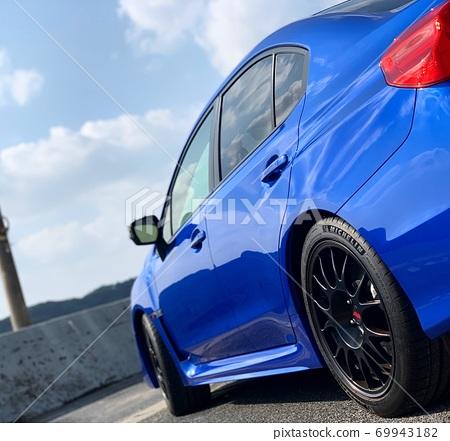 A blue car 69943182