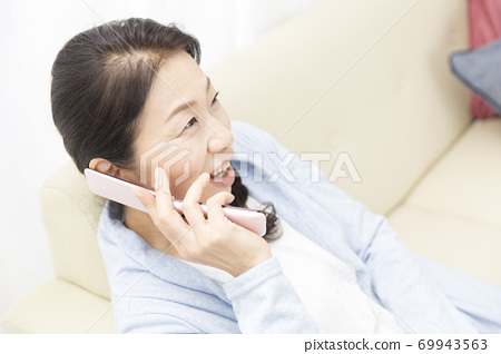 中年女性打電話 69943563