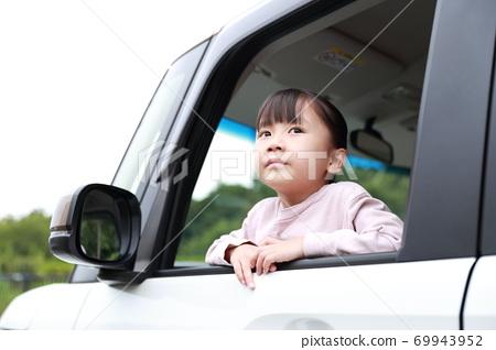 從乘用車的乘客座位出來的女孩 69943952