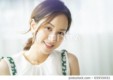 여성 인물 69956692