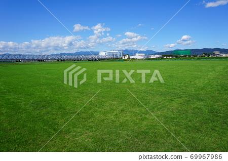在美麗的草皮河床上的足球場 69967986