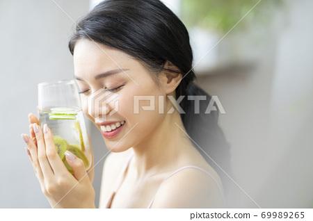 婦女的生活方式放鬆飲食排毒 69989265
