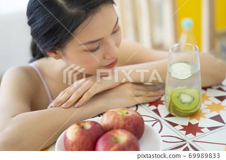 婦女的生活方式放鬆飲食排毒 69989833