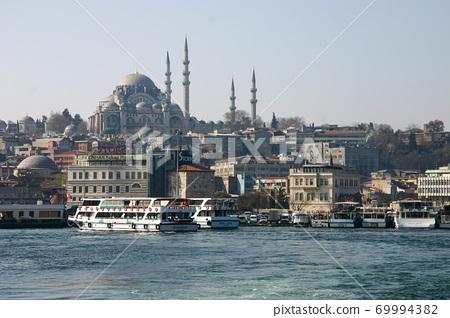 갈라 타 다리에서 바라 보는 쉴레 이마니 예 모스크와 이스탄불의 거리 69994382