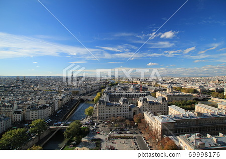 從巴黎圣母院(法國巴黎)的巴黎天際線和藍天/西北的景色 69998176