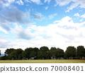 寬敞的天空和綠色公園 70008401