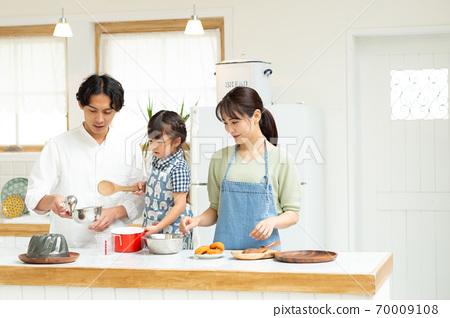아이들과 과자 만들기를 즐기는 가족 70009108