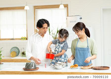 아이들과 과자 만들기를 즐기는 가족 70009110