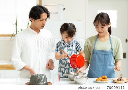 아이들과 과자 만들기를 즐기는 가족 70009111