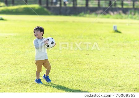 有足球的一個男孩 70009565