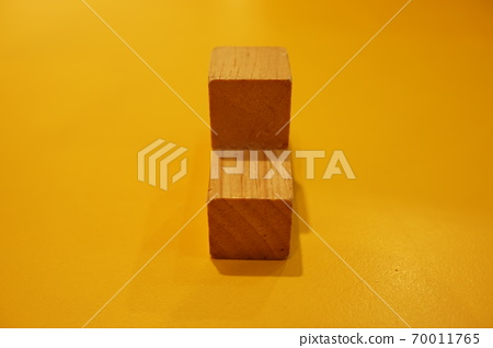 特殊的不規則形狀,狐尾塊,背景,橘色木製框架。 70011765