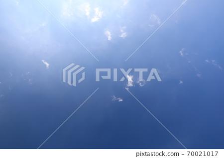 파란 하늘과 흰 구름이 보이는 아름다운 풍경 70021017