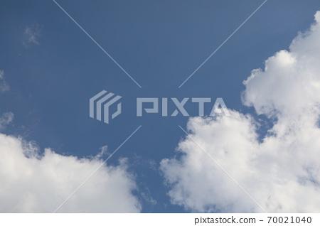 파란 하늘과 흰 구름이 보이는 아름다운 풍경 70021040