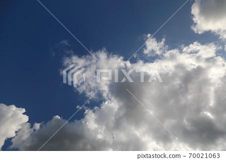 파란 하늘과 흰 구름이 보이는 아름다운 풍경 70021063