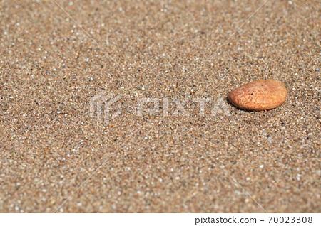 바닷가의 모래와 자갈이 보이는 아름다운 풍경 70023308
