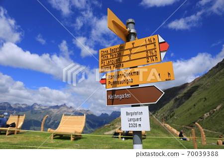 藍藍的天空,雲彩和方向指示標誌(瑞士Muotas穆拉伊爾) 70039388