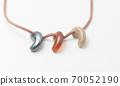 劍球的項鍊。現代力量石。日本傳統護身符。特寫拍攝。 70052190