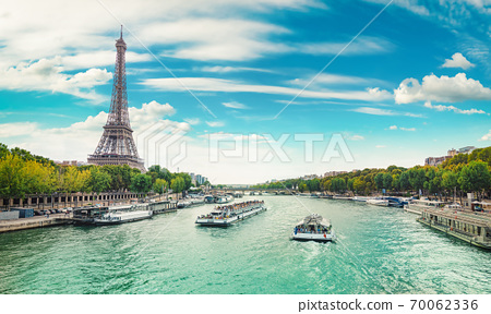 Walking in Paris 70062336